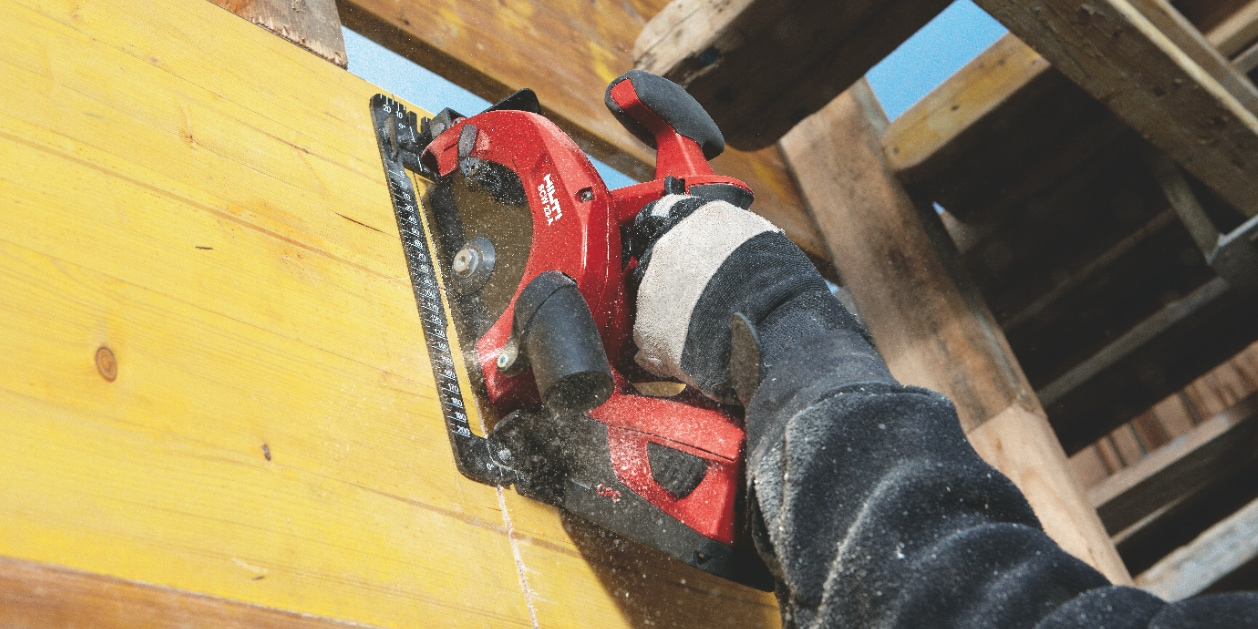 SCW 22-A Cordless circular saw being used to cut wood