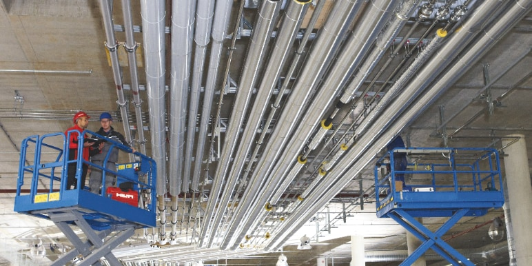 Mechanical, electrical and plumbing systems installed in the same strut trapeze structure, thanks to BIM tech integration in construction